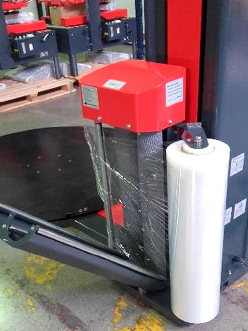 Carro con preestiro y bobina de film retráctil para enfardadora semiautomática de plataforma giratoria