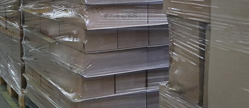 Almacén con palets de cajas enfardados con film retráctil