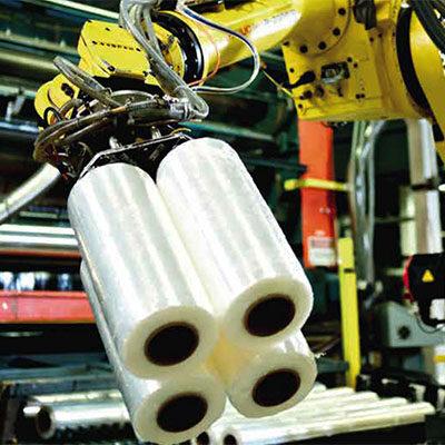 Fábrica de producción de film retráctil, robot portabobinas